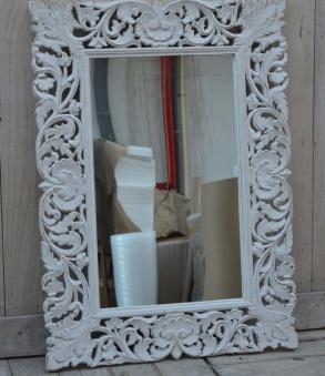 Spegel med ornamenterad ram