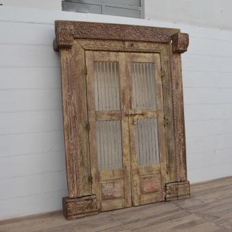 Underbar dörr med karm