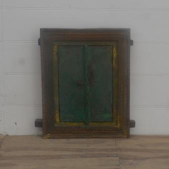 Spegel med dörrar.