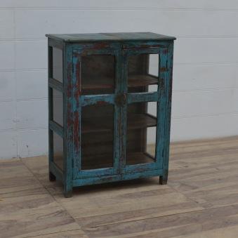 Vintageskåp med glas på sidorna.