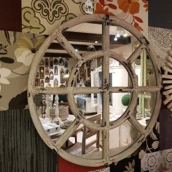 Spegel med träram