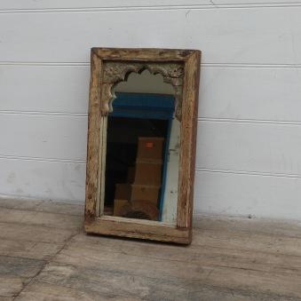 Underbar handkarvad spegel