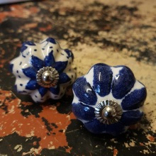Porslinsknoppar i blått