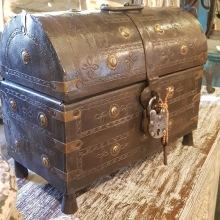 Vacker handgjord kista med lås