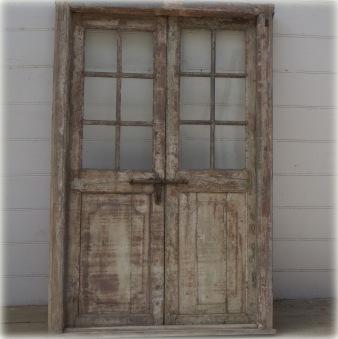 Gamla dörrar med karm