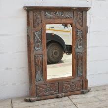Spegel med stor ram