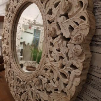 Handsnidad spegel i trä