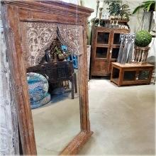 Spegel med handkarvad ram.