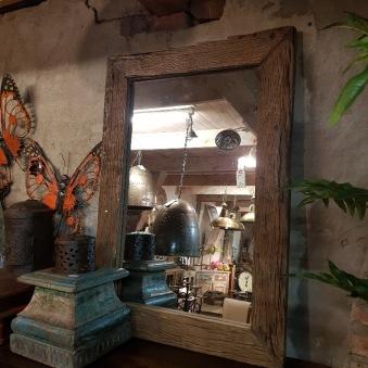 Spegel med ruffig träram