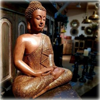 Buddha med guldig  klädnad