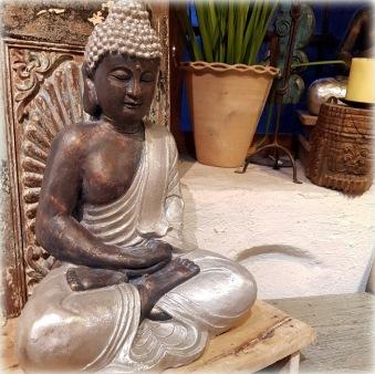 Buddha med silvrig klädnad