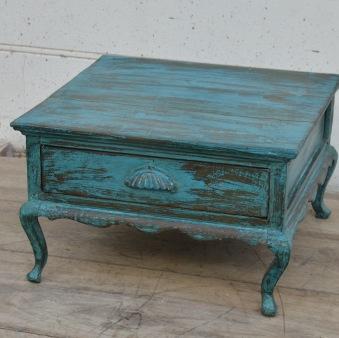 Kaxigt litet bord med låda