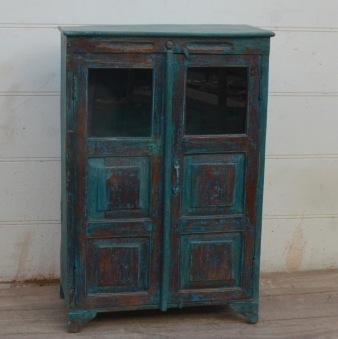 Skåp med dörrar i glas och trä