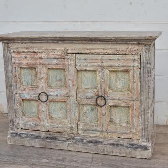 Robust skänk med antika dörrar