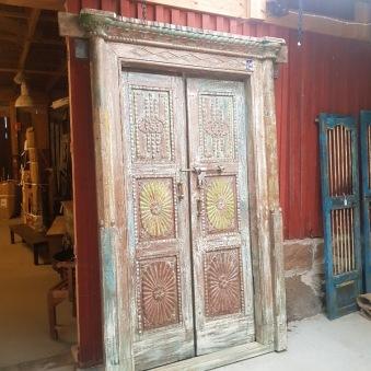 Antik dörr med karm