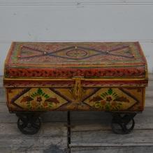 Handmålad plåtväska på hjul
