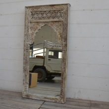 Spegel med handsnidad ram