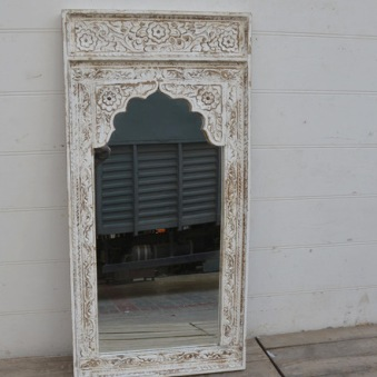 Spegel med snidad ram