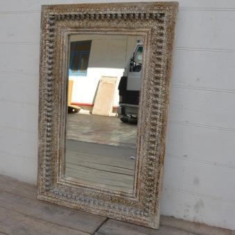 Spegel med handsnidad träram