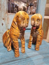 Handgjorda tigrar i trä