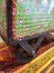 Gammal plåtväska på hjul
