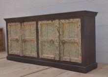 Skänk med antika dörrar.