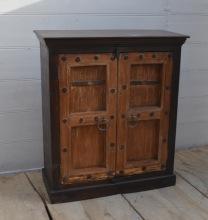 Skänk med antika dörrar