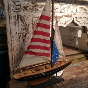 Träbåt med segel i tyg
