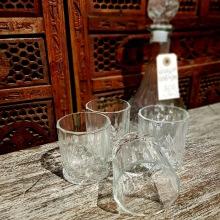 Glaskaraff med fyra glas