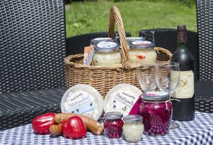 Picknick-korg med surkål och potatissallad