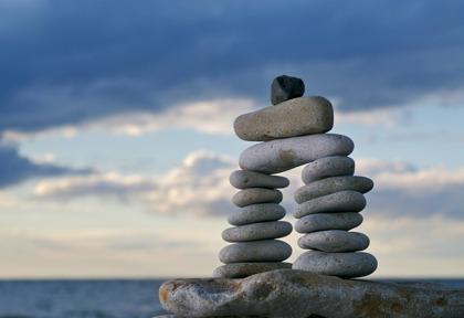staplade stenar i balans