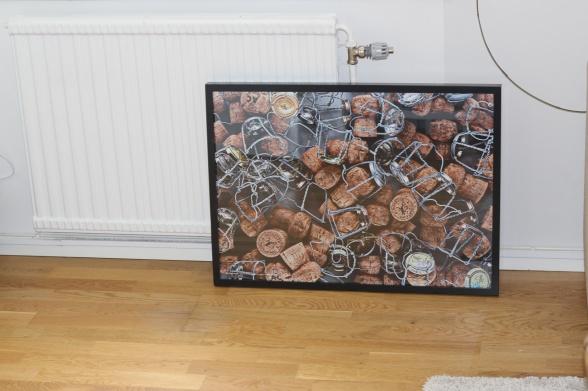 Var ska den hänga, vår häftiga tavla med champagnekorkar? Den här bilden finns nu att köpa i vår webbutik. ART BONNEBOX/Fotograf Niklas Palmklint: Une vie de champagne (Ett liv med champagne).