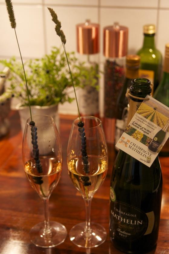 Champagne Mathelin Tradition Brut med dansande blåbär.