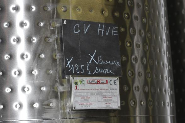 Champagne Mathelin har investerat i många nya rostfria ståltankar för sin champagneframställning.