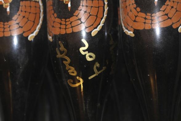 Innan man satte etiketter på flaskorna målade man dem. Har aldrig sett detta förut – kul och unikt. Riktig champagnekonst!
