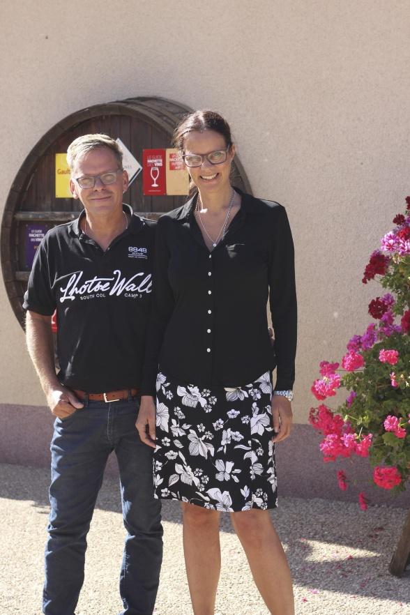 Vi är så bubblande glada att vara tillbaka hos Champagne Mathelin som vi av ett lyckokast upptäckte för några år sedan. Fr v: Michael Jonsson och Marie Ericsson Drotte, Bonnebox.
