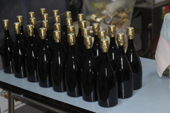 Vackra flaskor som snart ska etiketteras.