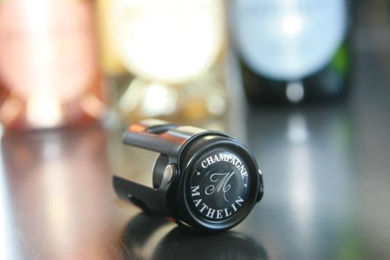 Champagneförslutare i svart metall.