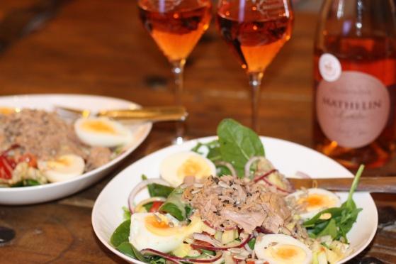 Champagne Mathelin Rosé de Saignée med tonfisksallad. En god rosa middag med champagne.