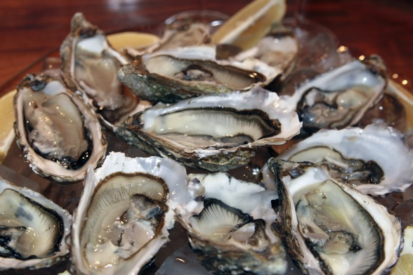 Champagne Mathelin Extra Brut är en perfect match för dig som gillar ostron. Champagnens mineraler och med toner av havssalt och citron är bara en så perfekt kombination med ostron. .