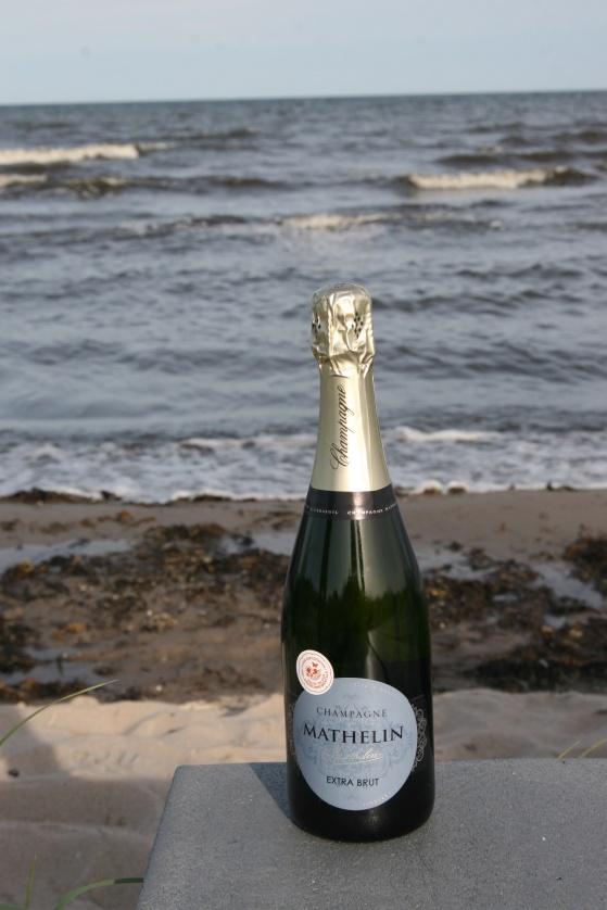 Etiketten på Champagne Mathelin Extra Brut är blå som havet! Och passar till havets alla skaldjur och fisk.