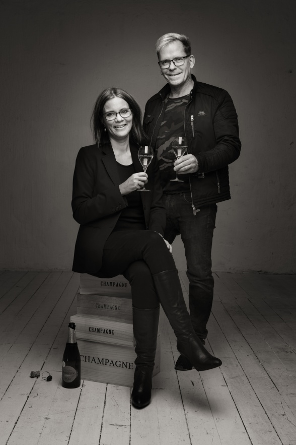 Foto: Niklas Palmklint. Marie Ericsson Drotte och Michael Jonsson. Vi skålar för en bubblande framtid och for a champagne life!