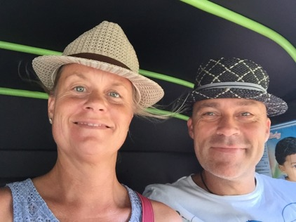 Idag körde vi coola hattlooken när vi åkte Tuk-Tuk!