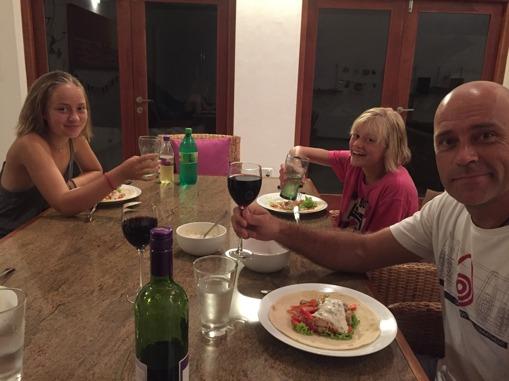 Glad familj som äter goda wraps!