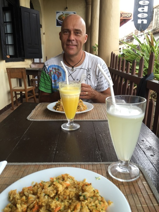 Lunch med Kottu(ungefär pyttipanna med bröd), ananasjuice och limejuice.