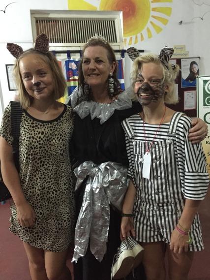 Tjejerna med rektorn efter en svettig Halloweenfest!