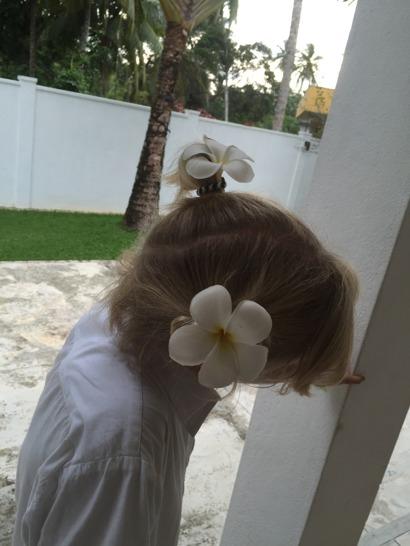 Hon har blommor i sitt hår...
