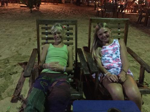Coola tjejer i solstolar nere på stranden!