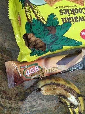 Ett hungrigt djur som både var sugen på banan, kex och en energibar!