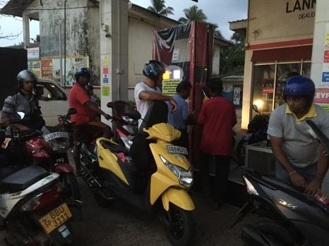 Tankning a la Sri Lanka, alla kommer från alla håll!